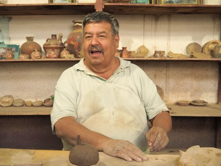 Mann in Nazca, Peru - Über Uns | QUERIDO MUNDO