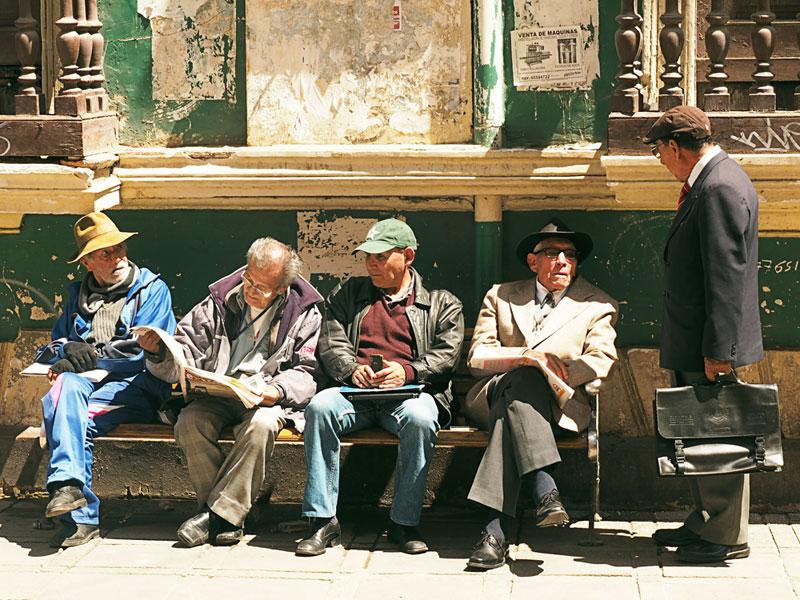 Reisefotografie Urlaubsfotos Tipps | La Paz - Männer auf der Bank