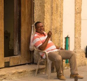 Gruppenreisen für Alleinreisende & Erlebnisreisen I 7 Gründe Kolumbien freundliche Einheimische in Cartagena