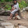 Gruppenreisen für Alleinreisende & Erlebnisreisen I Kolumbien Ablauf Foto einer Kogi Indianerin mit ihren Kindern im Tayrona Park