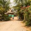 Gruppenreisen für Alleinreisende & Erlebnisreisen I Kolumbien Ablauf Gruppe in Palomino auf dem Weg zum Strand