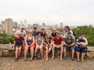 Gruppenreisen für Alleinreisende & Erlebnisreisen I Kolumbien Ablauf Tag 1 Gruppenfoto in San Antonio in Cali
