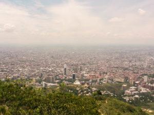 Gruppenreisen für Alleinreisende & Erlebnisreisen I Kolumbien Ablauf Tag 3 Aussicht vom Berg Tres Cruces in Cali