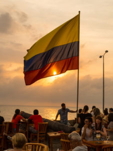 Gruppenreisen für Alleinreisende & Erlebnisreisen I Kolumbien Ablauf Tag 22 traumhafter Sonnenuntergang im Café del Mar in Cartagena