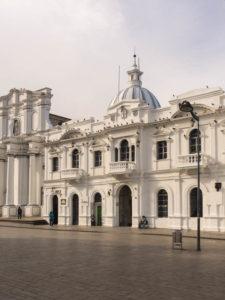 Gruppenreisen für Alleinreisende & Erlebnisreisen I Kolumbien Ablauf Tag 4 weiße Kolonialhäuser auf dem Marktplatz von Popayan