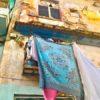 Bunte Wäsche hängt vom Balkon in Havannas Altstadt auf Kuba - Gruppenreisen für Alleinreisende & Erlebnisreisen | QUERIDO MUNDO