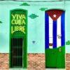 Bunte Hauseingänge drücken Patriotismus aus in Havanna auf Kuba - Gruppenreisen für Alleinreisende & Erlebnisreisen | QUERIDO MUNDO