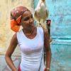 Einheimische Kubanerin mit Huhn auf der Schulter in Havanna auf Kuba - Gruppenreisen für Alleinreisende & Erlebnisreisen | QUERIDO MUNDO
