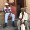 Zwei einheimische Kubaner auf der Straße in Santiago de Cuba auf Kuba - Gruppenreisen für Alleinreisende & Erlebnisreisen | QUERIDO MUNDO