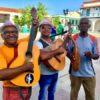 Fröhliche kubanische Musiker auf dem Platz in Santiago de Cuba auf Kuba - Gruppenreisen für Alleinreisende & Erlebnisreisen | QUERIDO MUNDO