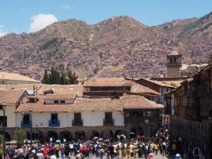 Gruppenreisen für Alleinreisende I Anden Blick vom Marktplatz in Cusco auf die Anden