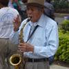 Gruppenreisen für Alleinreisende I Mexiko alter Mann spielt in Oaxaca Saxophon