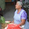 Gruppenreisen für Alleinreisende I Mexiko Frau verkauft auf dem Markt in Oaxaca