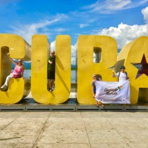 Querido Gruppe & riesige Cuba Buchstaben in Santiago de Cuba auf Kuba - Gruppenreisen für Alleinreisende & Erlebnisreisen | QUERIDO MUNDO